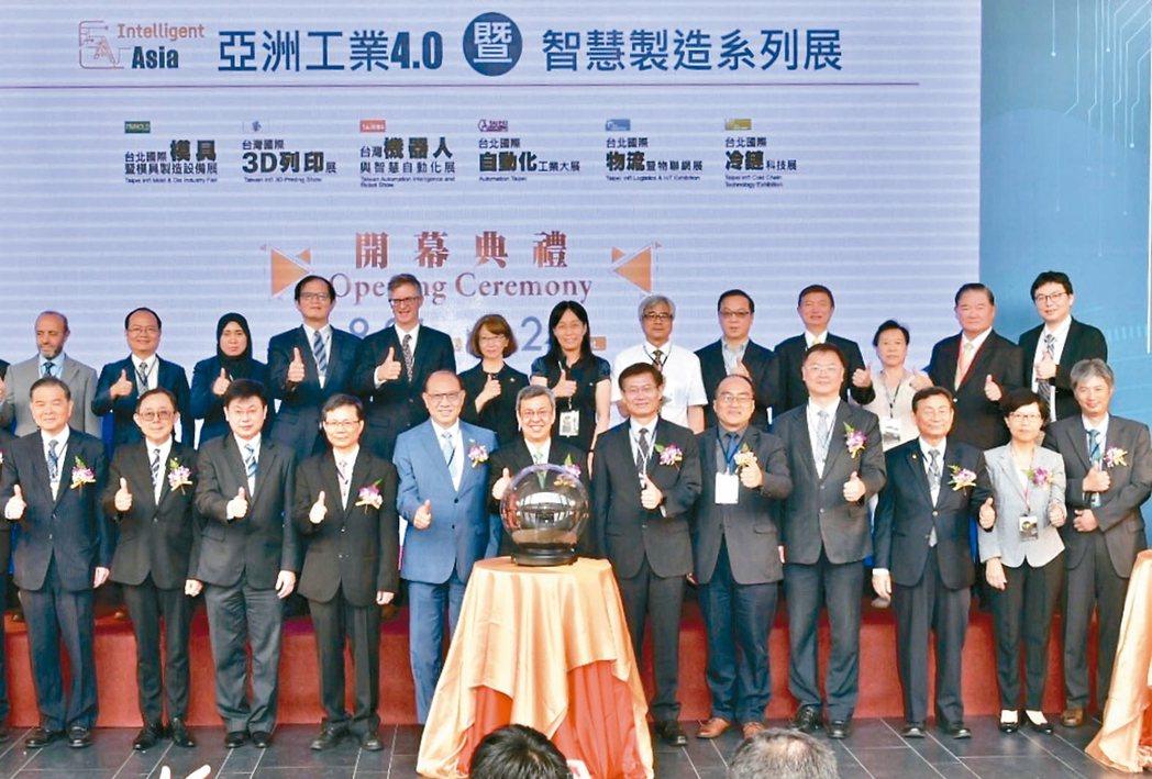「亞洲工業4.0暨智慧製造系列展」昨天由副總統陳建仁(前排左六)、上銀集團總裁卓...