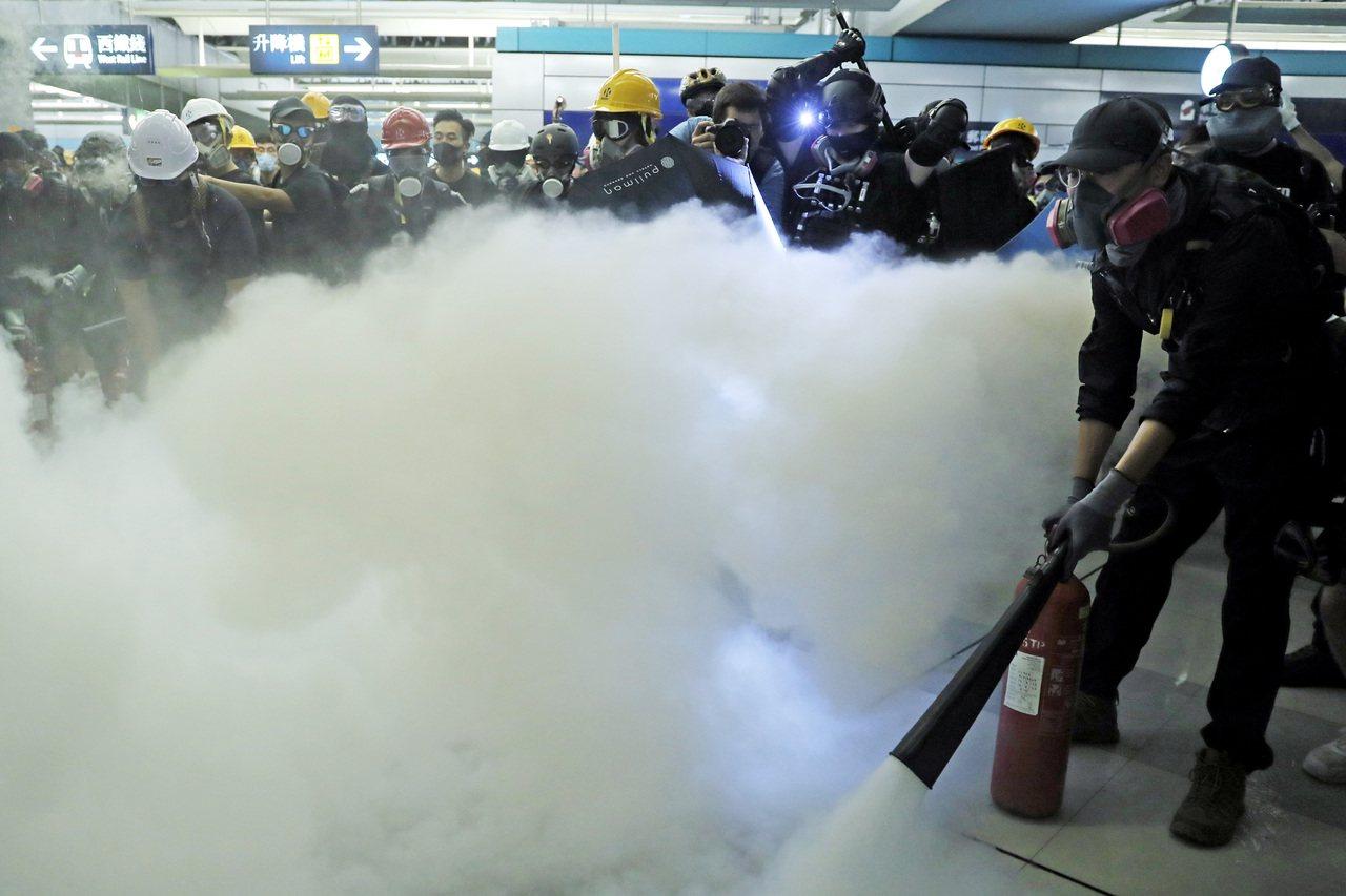 元朗7月21日不平靜,示威人士一度與警方對峙。 美聯社