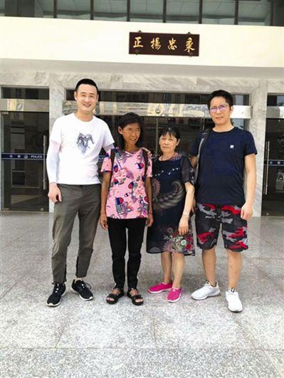 李輝(右一)在葛忍(左一)的幫助下,終於與母親(左二)團聚。圖/取自成都商報