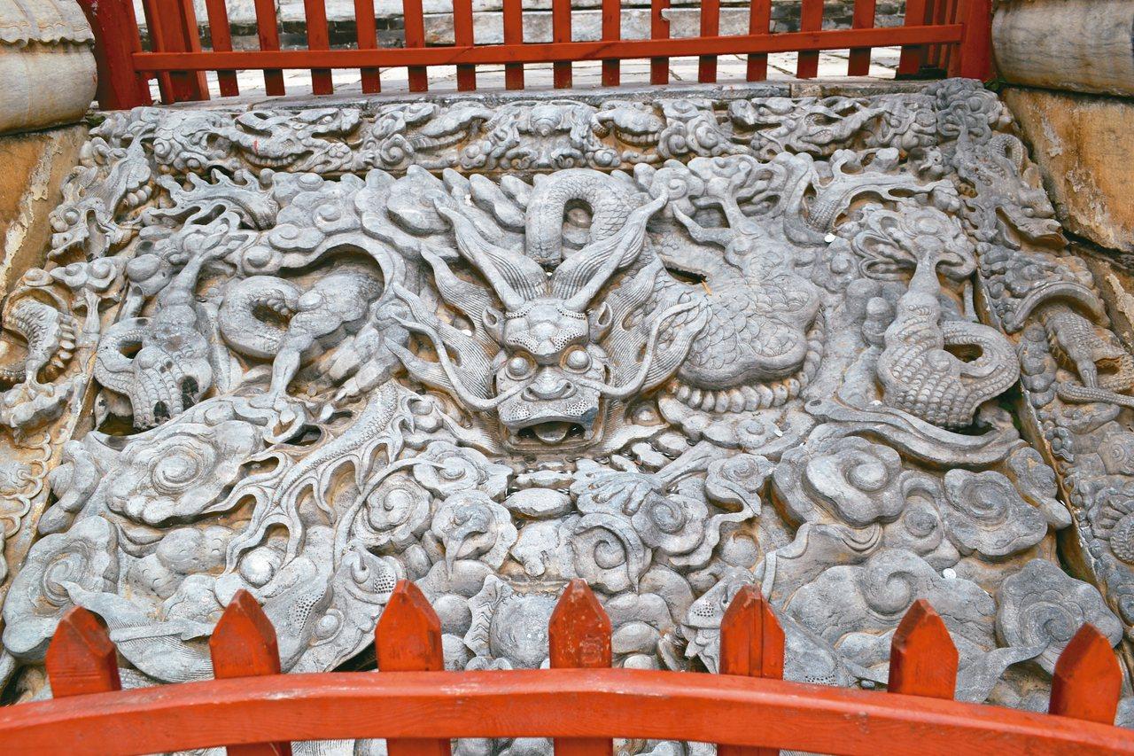 會館鎮館之寶「九龍口」,為斜鋪雲龍石雕。 特派員王玉燕/攝影