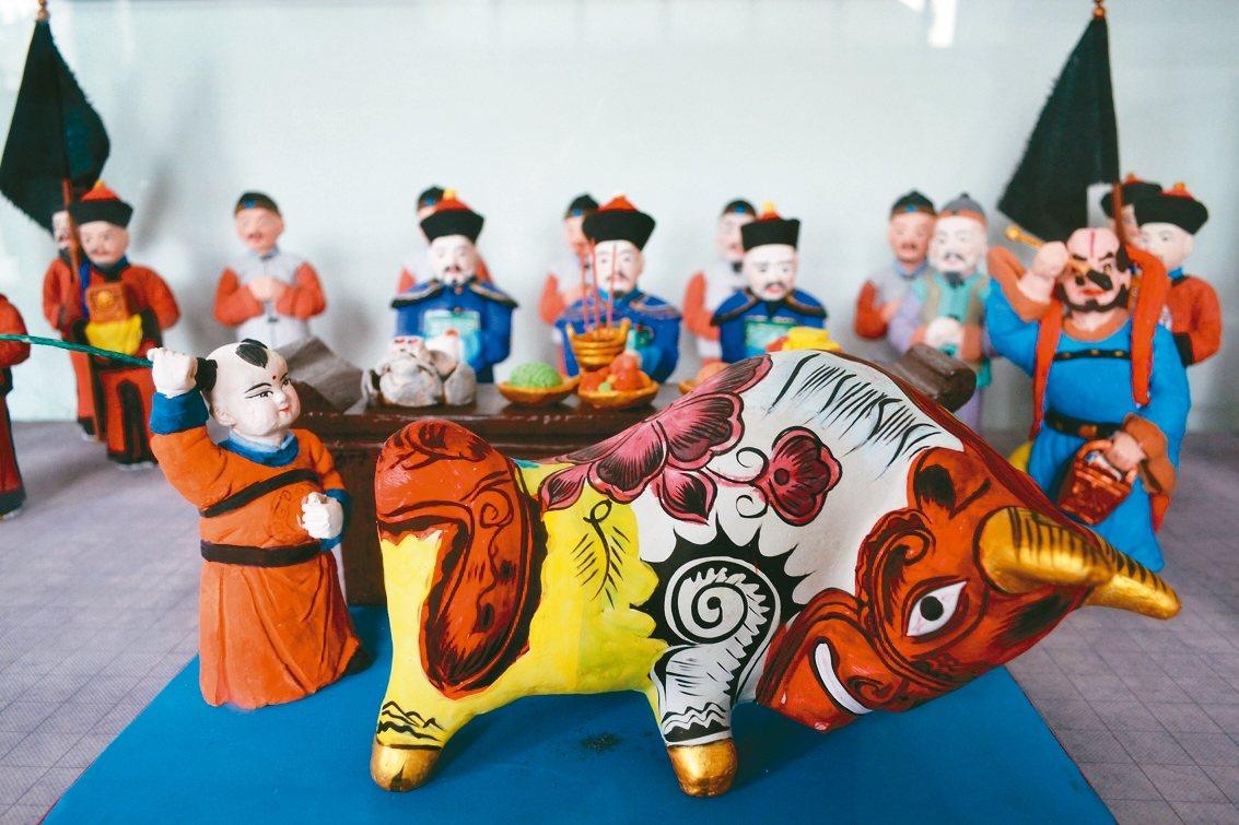 打春牛,迎春氣而兆豐年,圖為泥塑打春牛。 特派員王玉燕/攝影