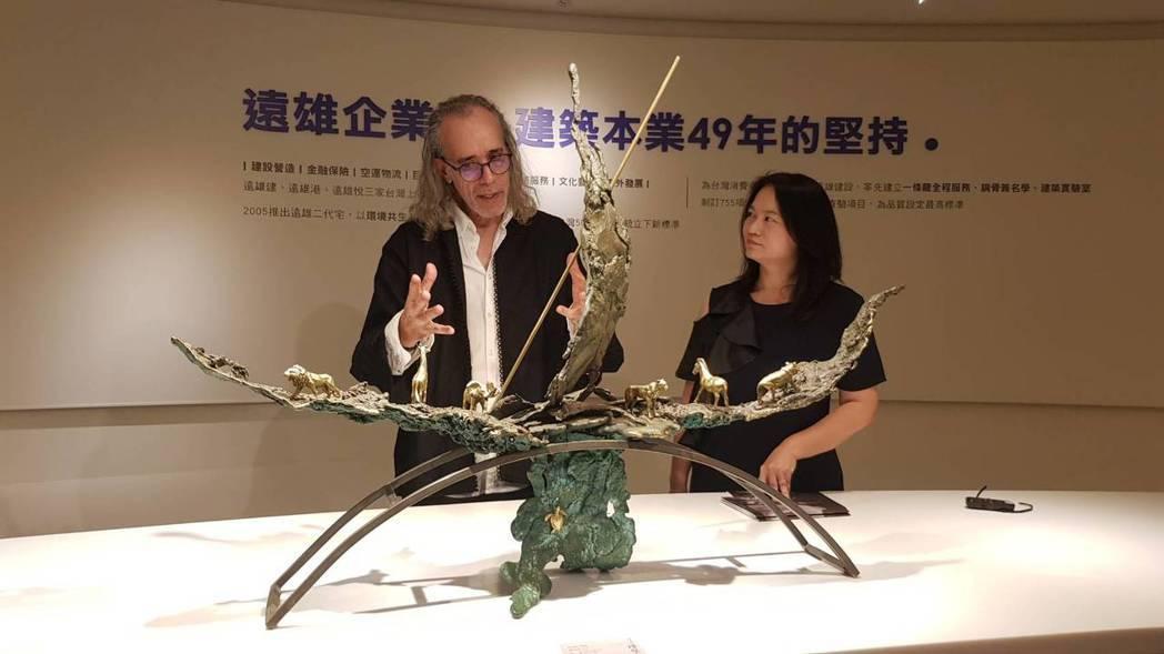皮耶∙薩維提相當關心環保議題,創作結合神話及超現實風格的〈方舟〉,他在拼貼銅片構...