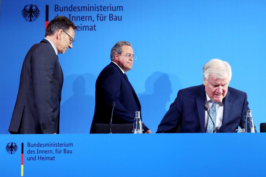 慘案發生後,馬上從度假中趕回來的保守派內政部長錫霍佛(右),第一時間就主張對瑞士...