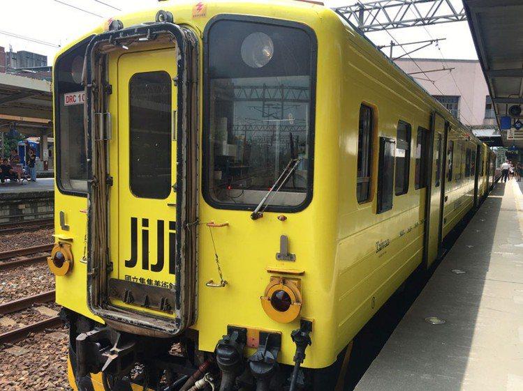 國立集集美術館彩繪列車外型採用集集特產山蕉的金黃色,在鐵道上行駛看起來相當亮眼。...