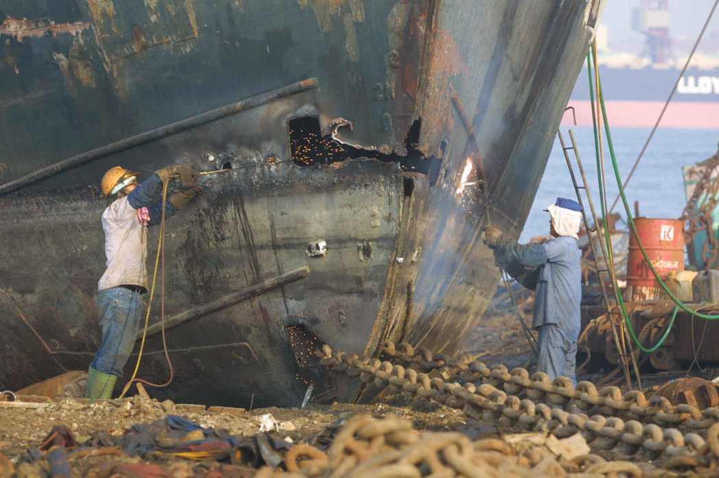 高雄港拆船業。非當事人。 圖/聯合報系資料照