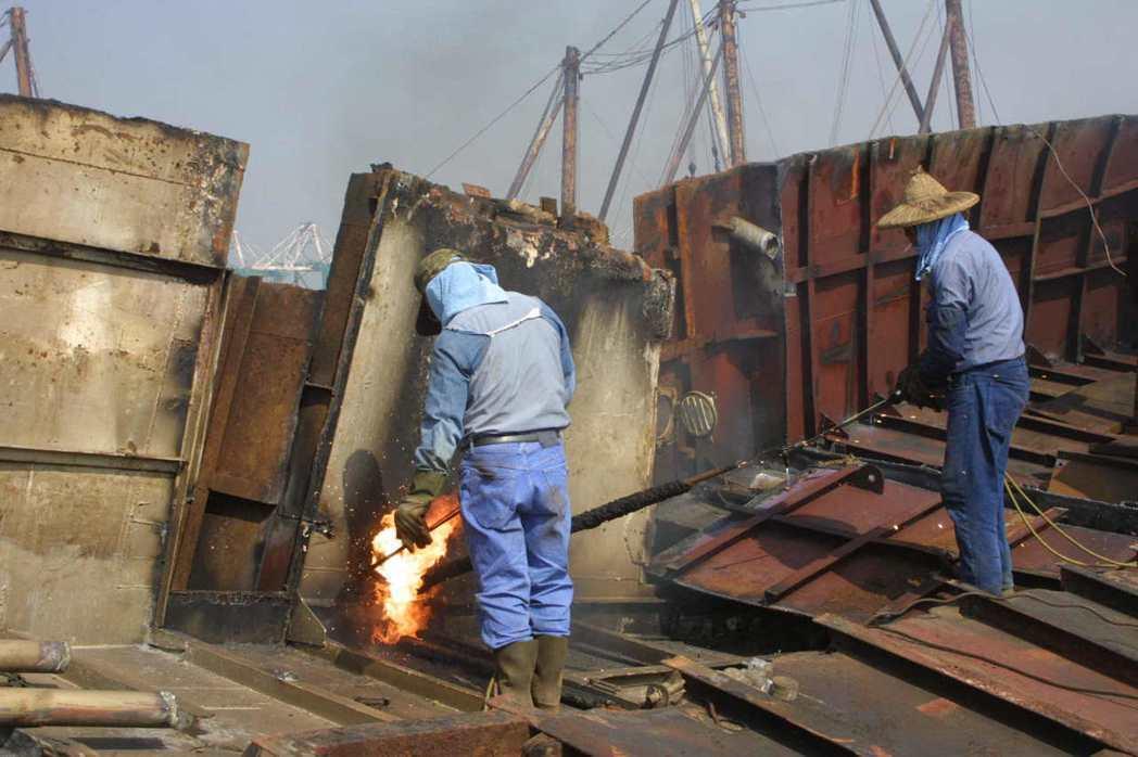 2002年,攝於高雄紅毛港的大林拆船碼頭專業區。非當事人。 圖/聯合報系資料照