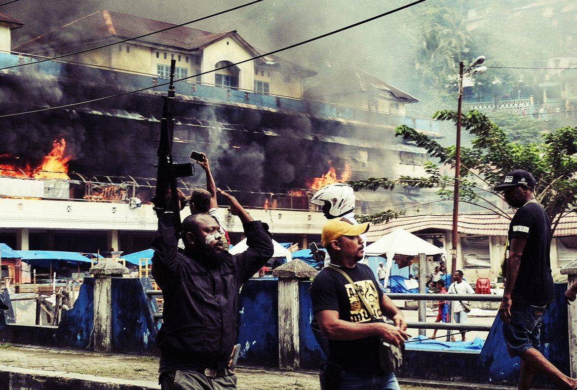 「我們是巴布亞人,不是猴子!」印尼西巴布亞省連日來爆發千人示威抗爭,起因是上周印...