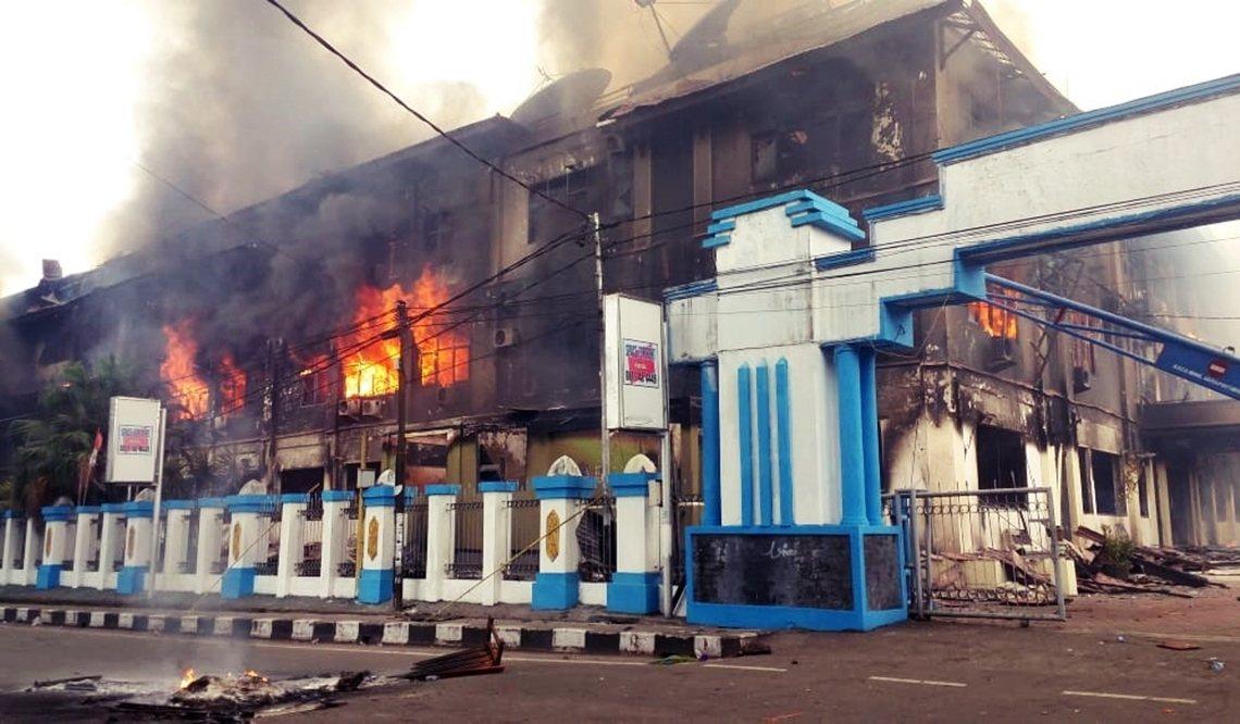 巴布亞省多個城市陸續湧現數百至千人的示威者,上街縱火焚燒、攻擊議會大樓。 圖/歐...