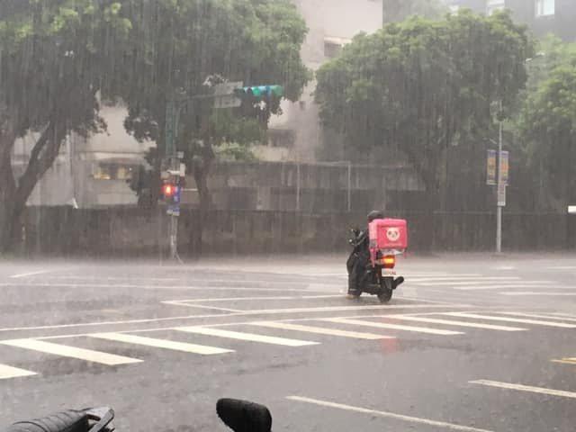 日前一名網友在下雨天叫美食外送服務,當外送員離開時,卻看到他在爆雨中等待紅燈的背...