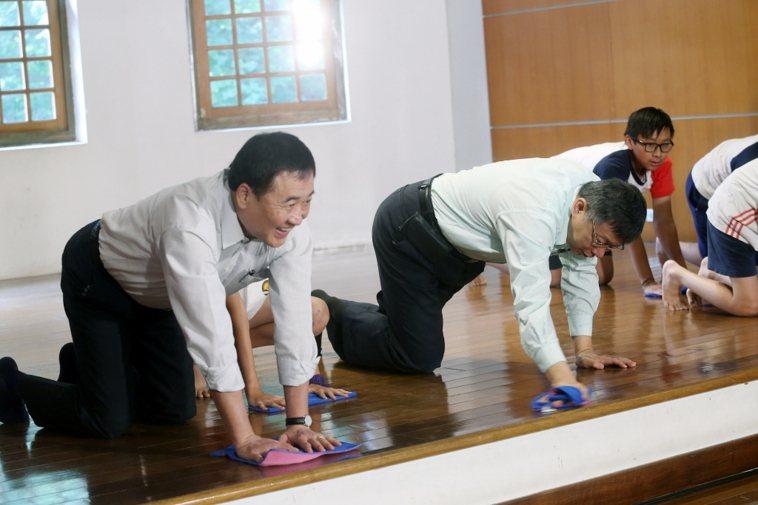 台北市長柯文哲(中)出席活動,和副市長陳景峻(左)一起擦地板。記者邱德祥/攝影