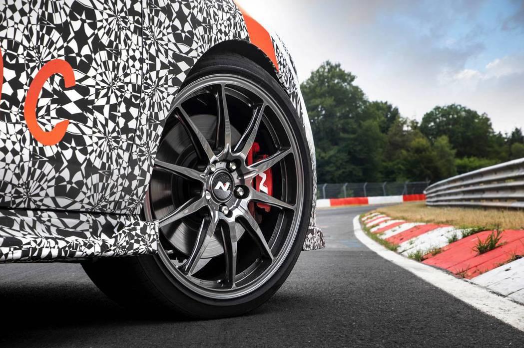 Hyundai i30 N Project C搭載具碳纖維質料的19吋鋁圈。 摘...