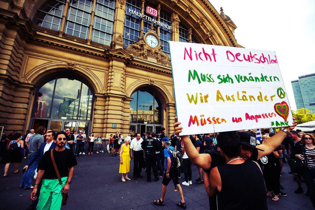 「不是德國人要改變,是我們移民要學會融入。」高鐵命案後,有民眾到火車站聲援,不過...