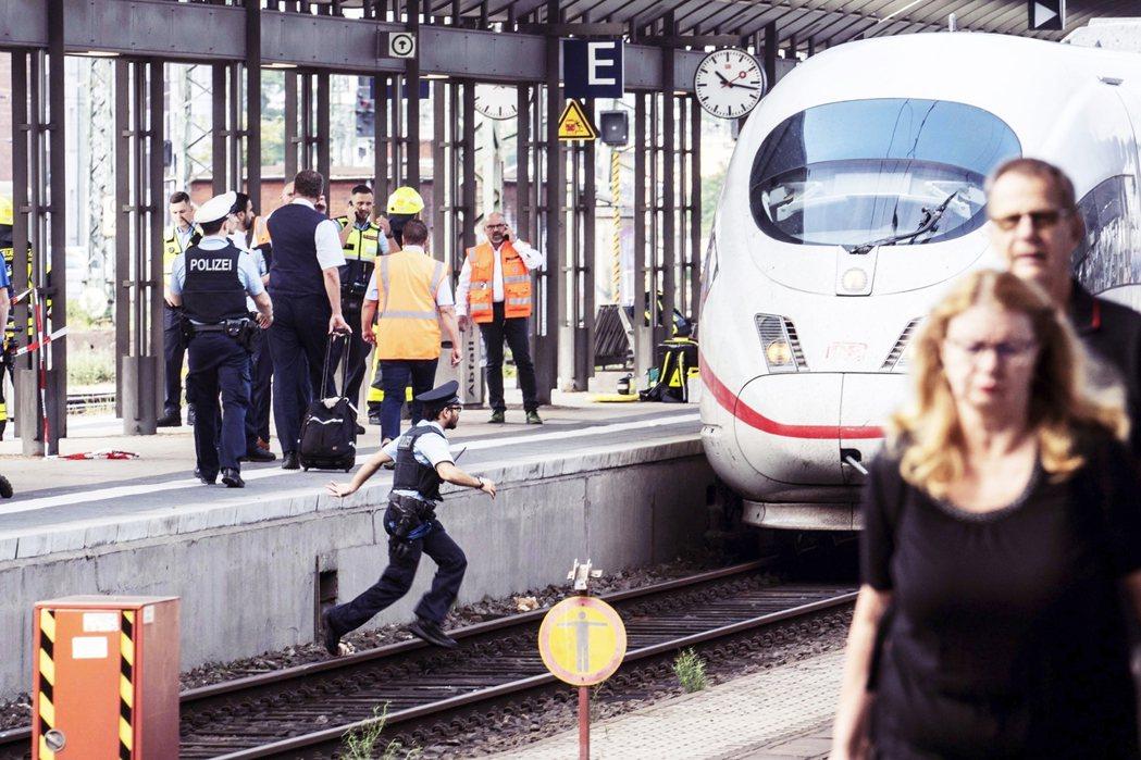 一名目擊者接受媒體採訪時回憶,先是火車站那傳出「恐怖的尖叫」,之後他目睹了嫌疑犯...