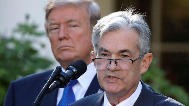 美國總統川普頻頻力促聯準會(Fed)降利率,曾多次批評Fed主席鮑爾(右)主導的...