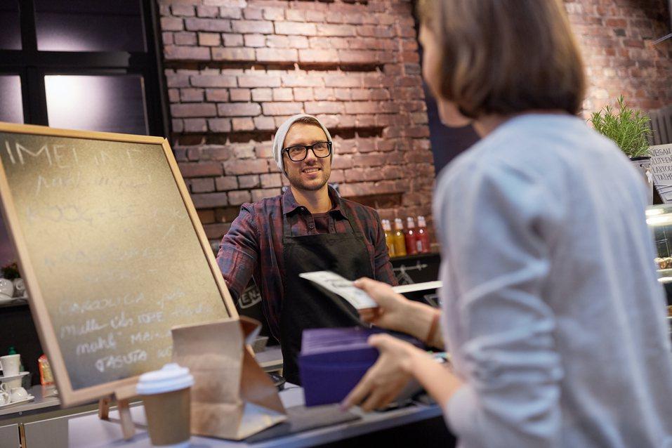 一位女網友表示自己姊姊在恆春開了一家小型咖啡廳,但卻沒有受到陸客減少而造成衝擊。...