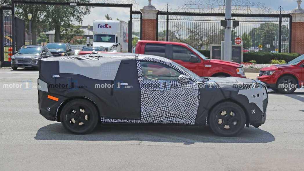Ford純電車車尾上極為不自然的裝扮,似乎是不想太快讓世人描繪他的造型。 摘自M...