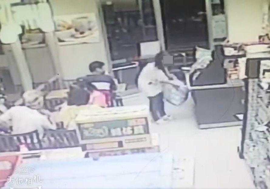 一名女子拿著疑似家裡的大包垃圾走到超商裡頭丟棄,誇張行徑讓一旁的客人看傻眼。 圖...