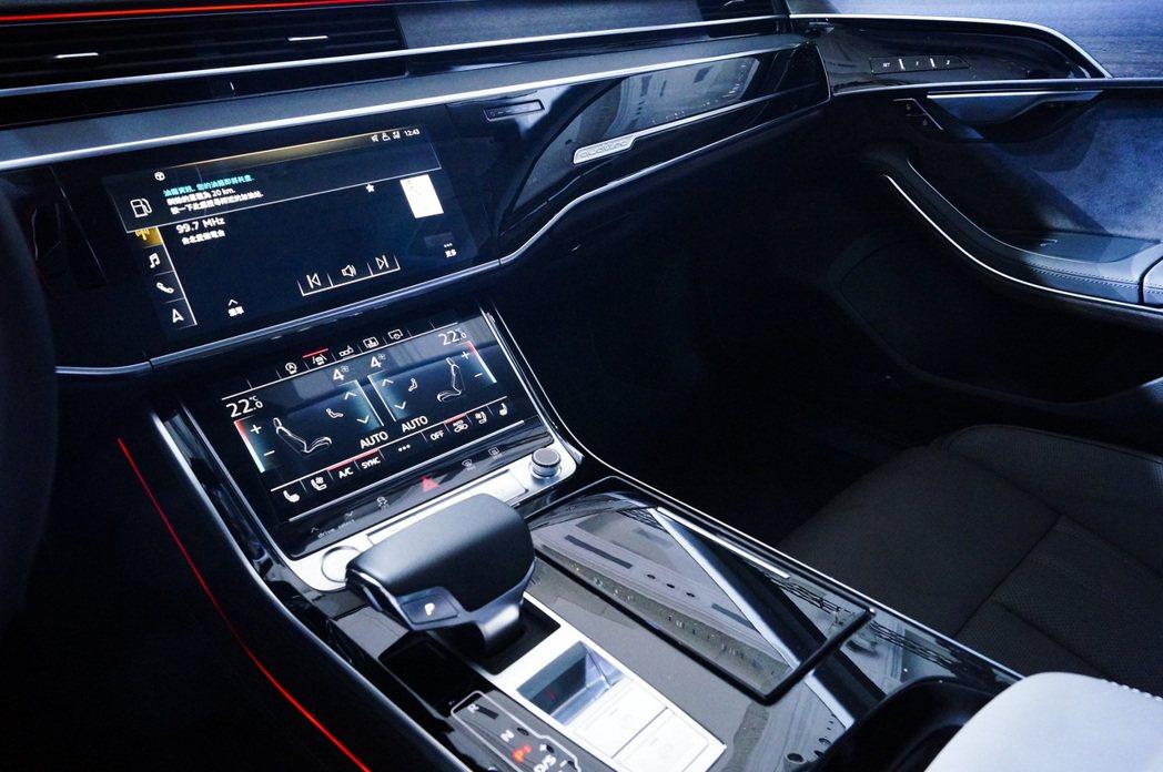 新世代Audi內裝捨棄大量傳統旋鈕與實體按鍵,採用同級唯一的新世代MMI tou...