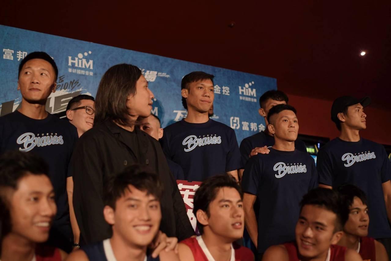 睽違10年重返台灣籃壇、甫披富邦勇士戰袍的「野獸」林志傑,也親自入場觀影,力挺青...