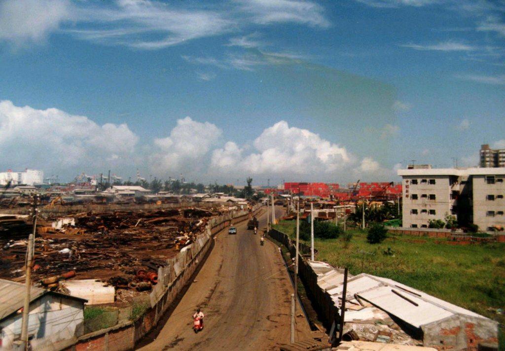 1988年,高雄港大仁拆船碼頭區。住宅區與拆船區,僅一路之隔。 圖/聯合報系資料照