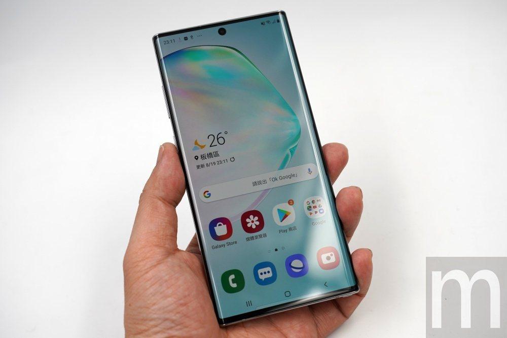 由於採用Infinity-O形式設計,Galaxy Note 10+實際機身大小...