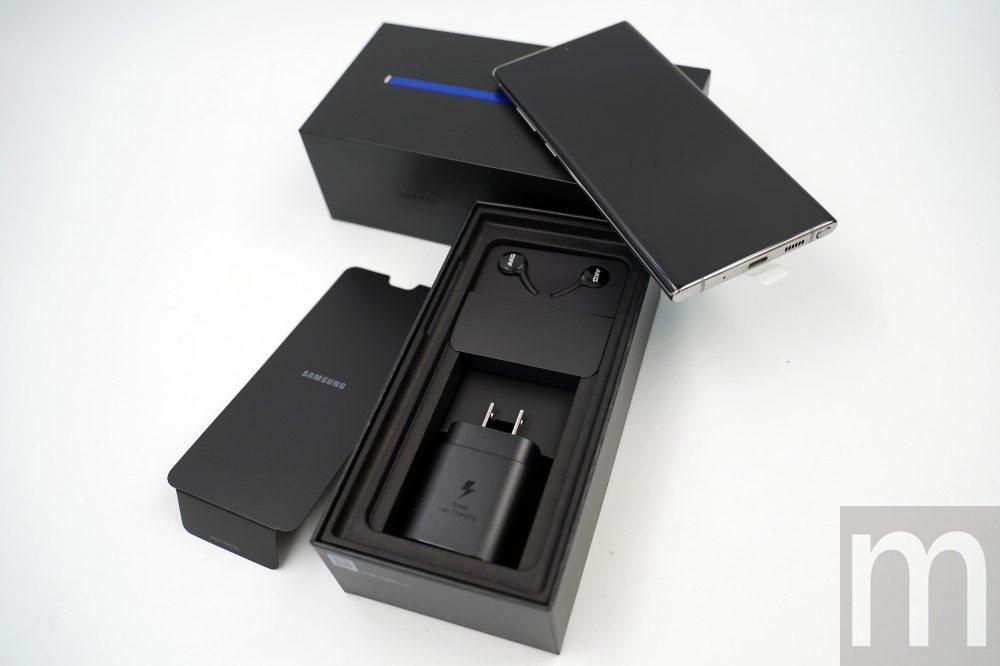 內附充電器也會隨著機身配色而異,但僅區分黑色與白色兩種配色,同時Galaxy N...