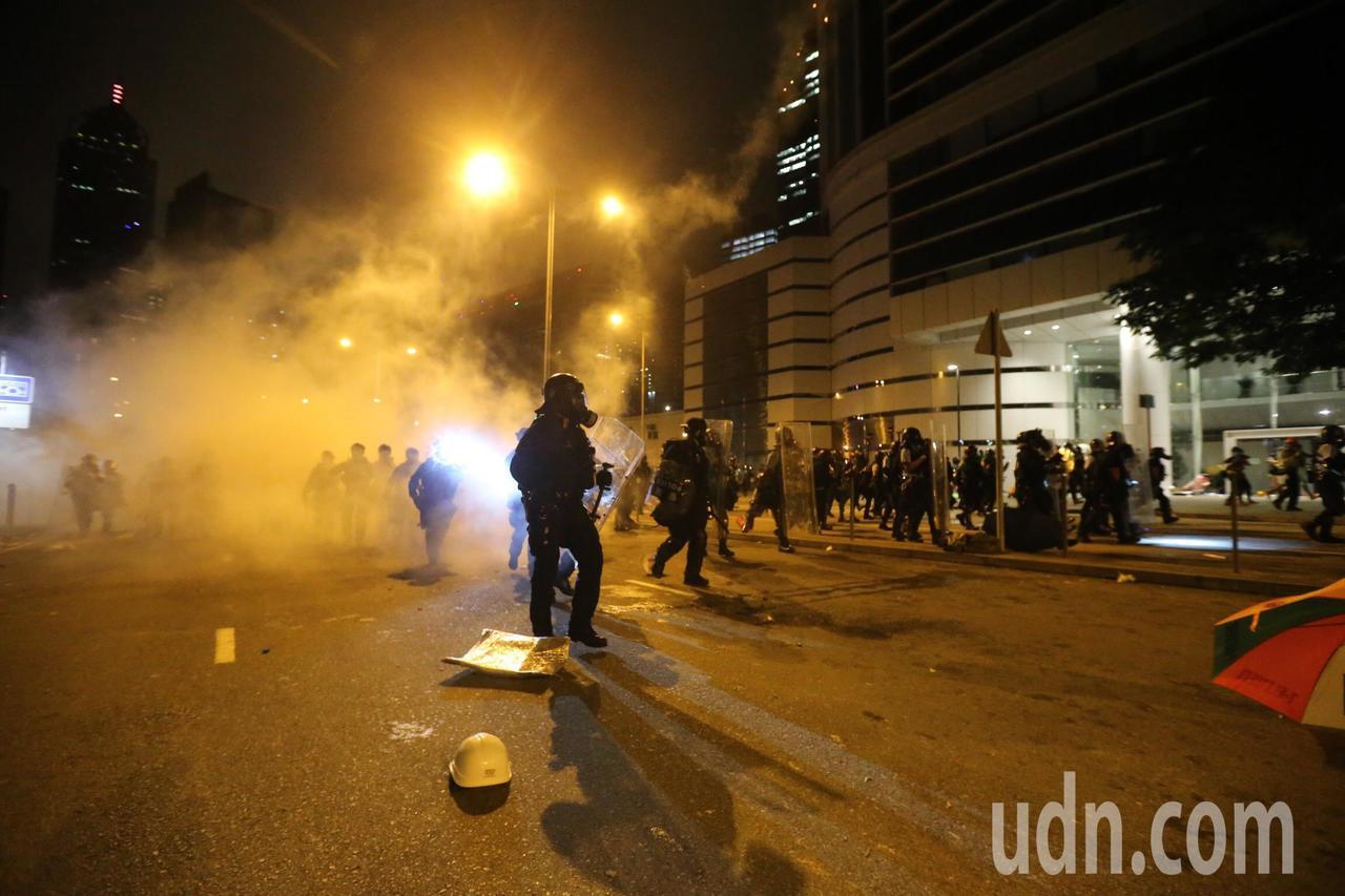 今年7月香港反送中示威者衝進立法會佔據議事廳,午夜港警施放催淚彈強勢清場。本報資...