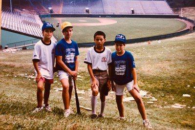 中華職棒聯盟秘書長馮勝賢(右2)1988年隨台中市太平國小出征威廉波特,與外國小...