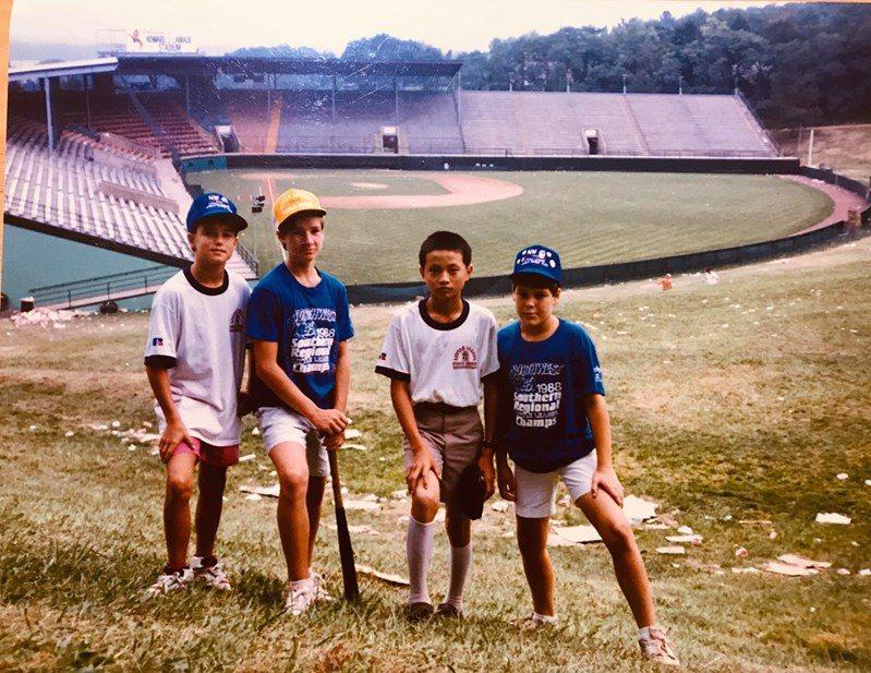 中華職棒聯盟秘書長馮勝賢(右2)1988年隨台中市太平國小出征威廉波特,與外國小球員留下合影。圖/馮勝賢提供