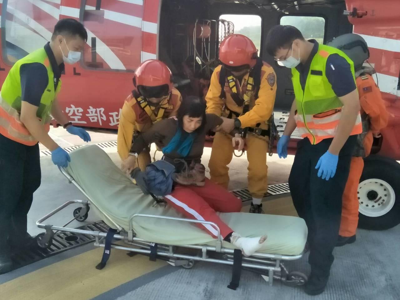 空勤總隊直升機上山下海,救受困受傷者。圖/空勤總隊提供