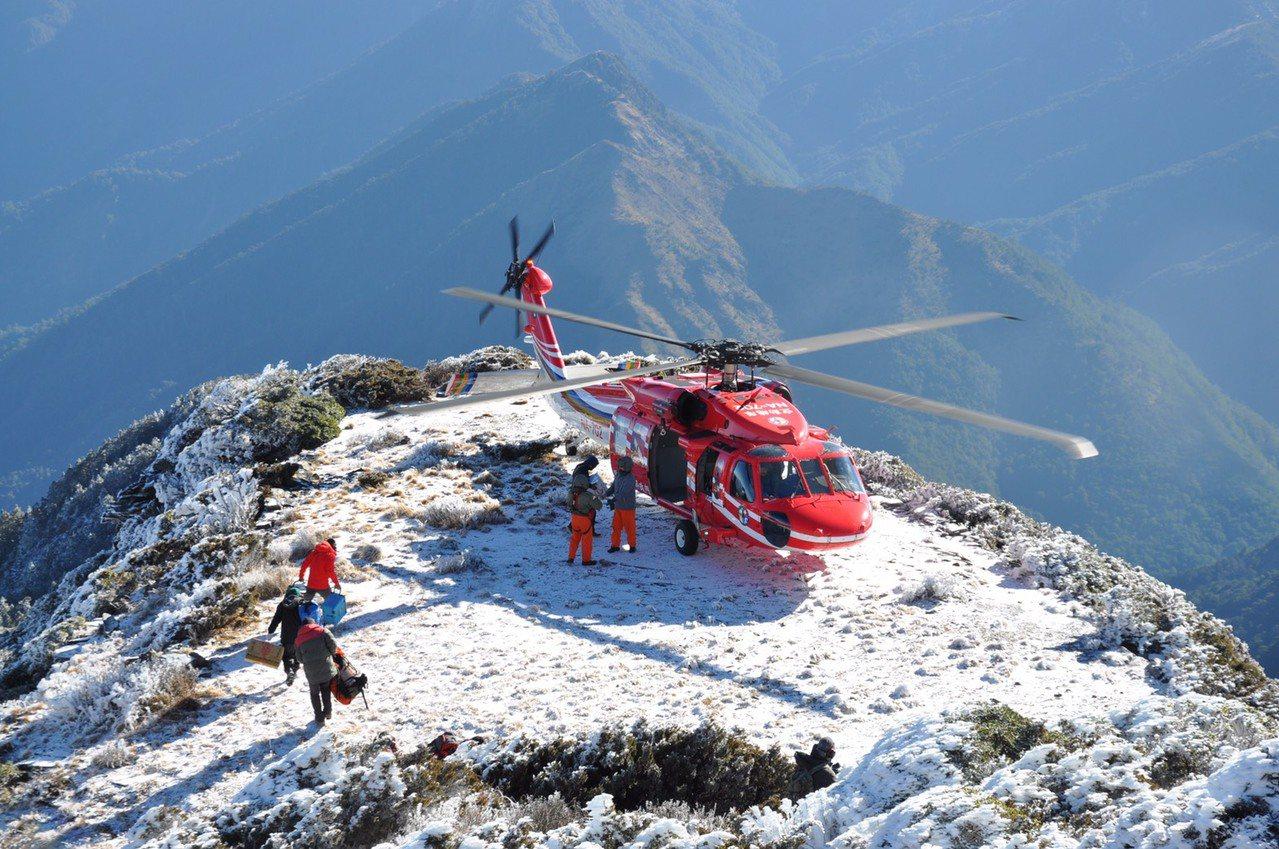 空勤總隊直升機飛玉山運補,減少人力背負上山負擔。圖/空勤總隊提供