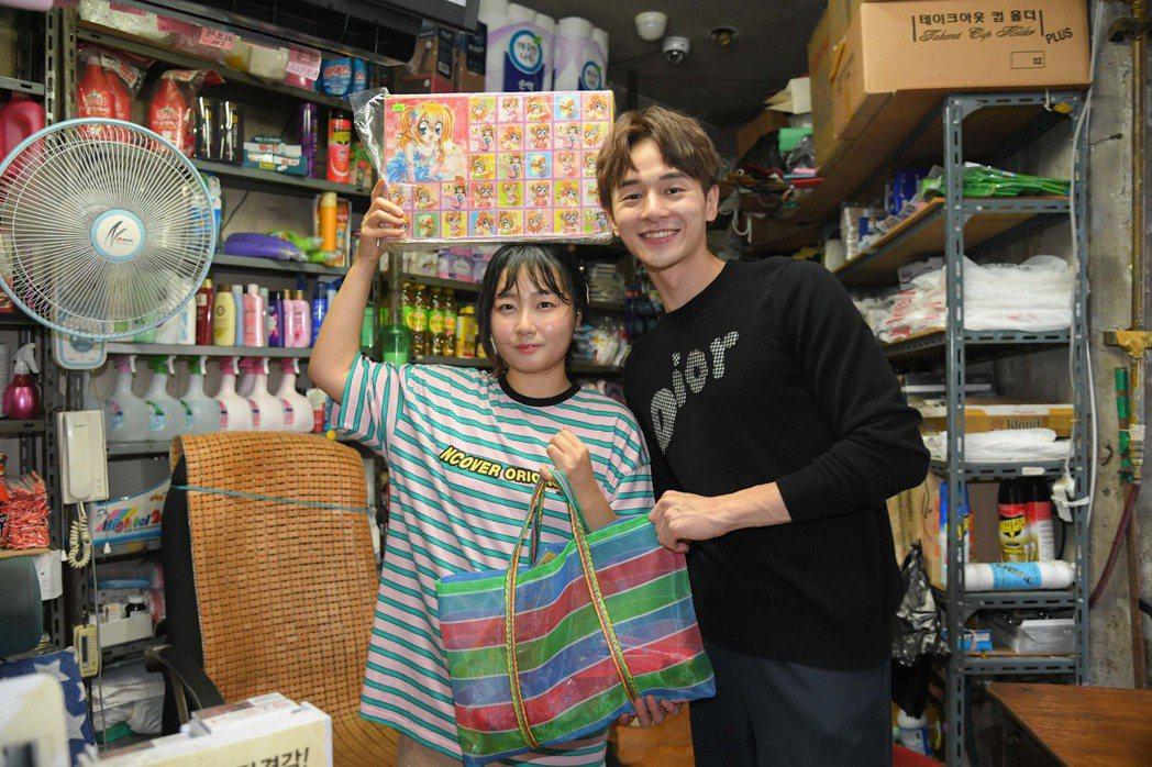 韓國YouTuber夏天,帶張軒睿(右)體驗韓國傳統柑仔店  圖/三立提供