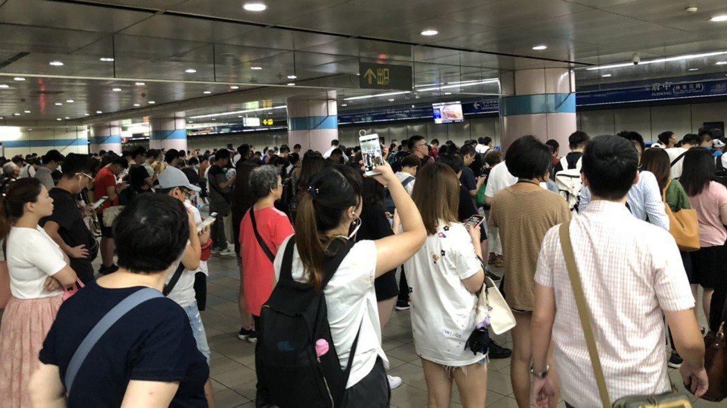 板南線府中站月台稍早通勤時間擠滿人。 圖/讀者提供