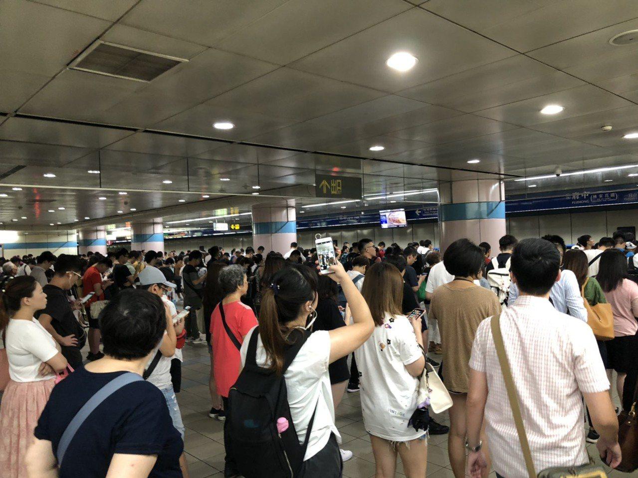 板南線府中站月台稍早通勤時間擠滿人。圖/讀者提供