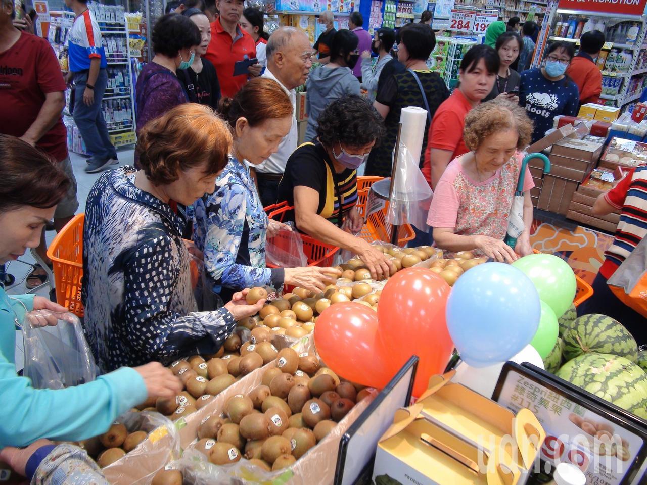 今年4月間家樂福宣布與台糖締結合作契約接手營運台糖旗下的5家量販店及3家超市,家...
