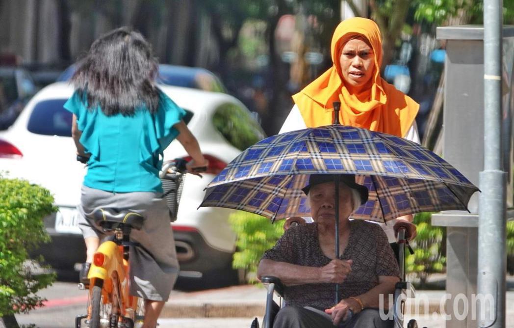 輕颱白鹿將至,台北上午氣候炎熱,民眾撐傘抵抗豔陽照射。記者陳正興/攝影