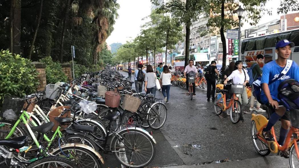 台大校門口的自行車亂停。記者馮靖惠/攝影