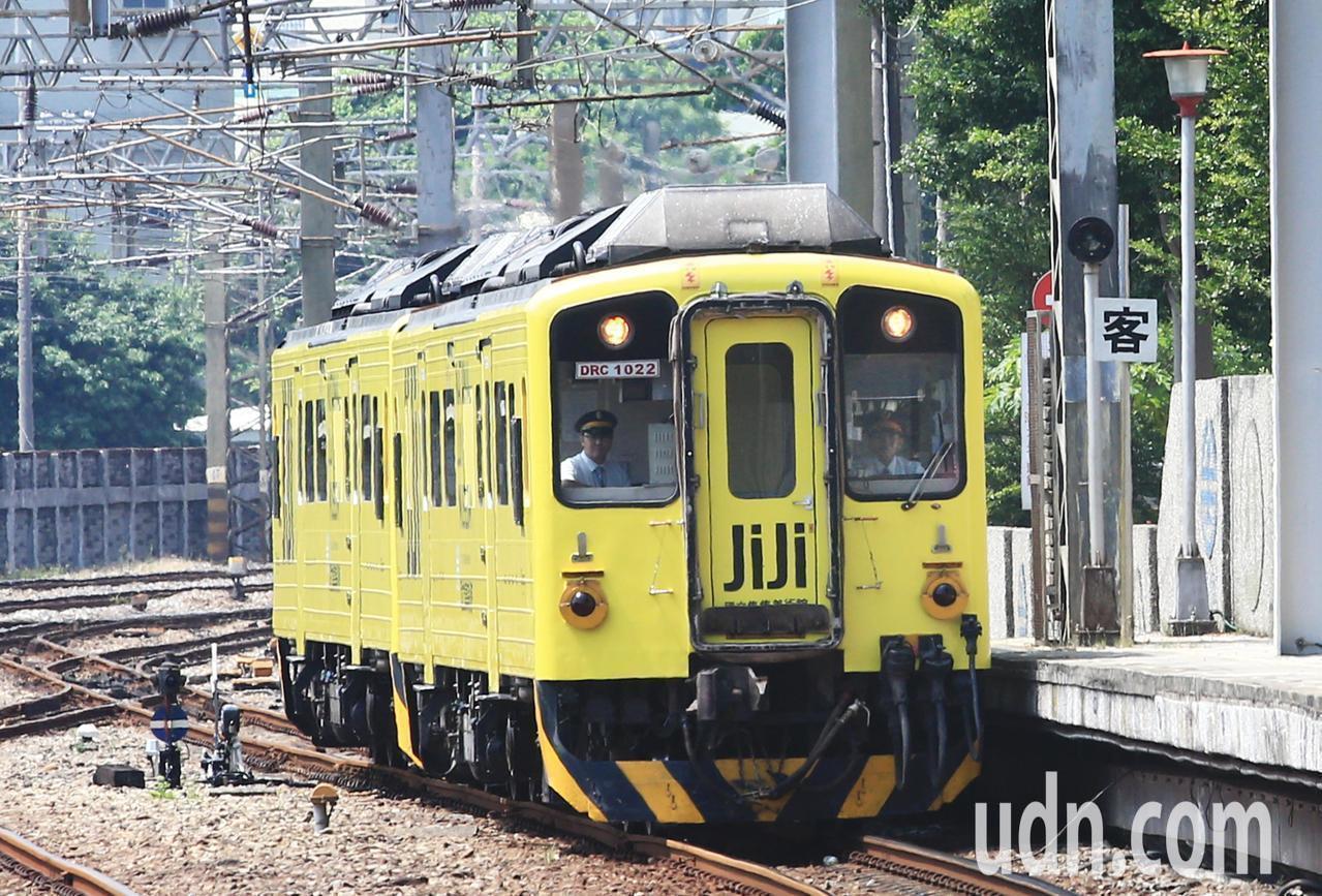 集集支線彩繪列車「國立集集美術館」周二才正式亮相。記者陳正興/攝影