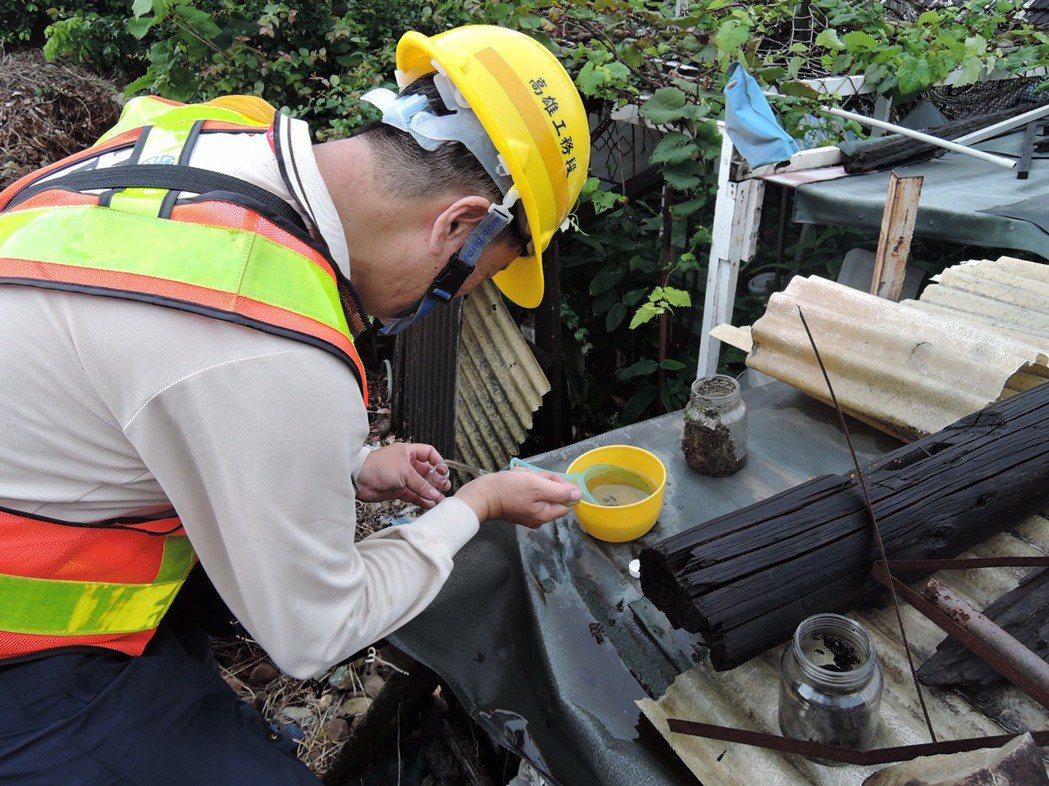 台南鐵路地下化沿線目前正在施工,登革熱防疫人員擔心有積水前往稽查。圖/衛生局提供
