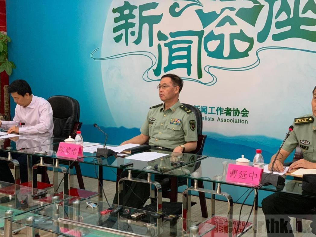中共解放軍軍事科學院戰爭研究院院長陳榮弟少將(中)表示,搞台獨搞分裂,中國軍隊絕...