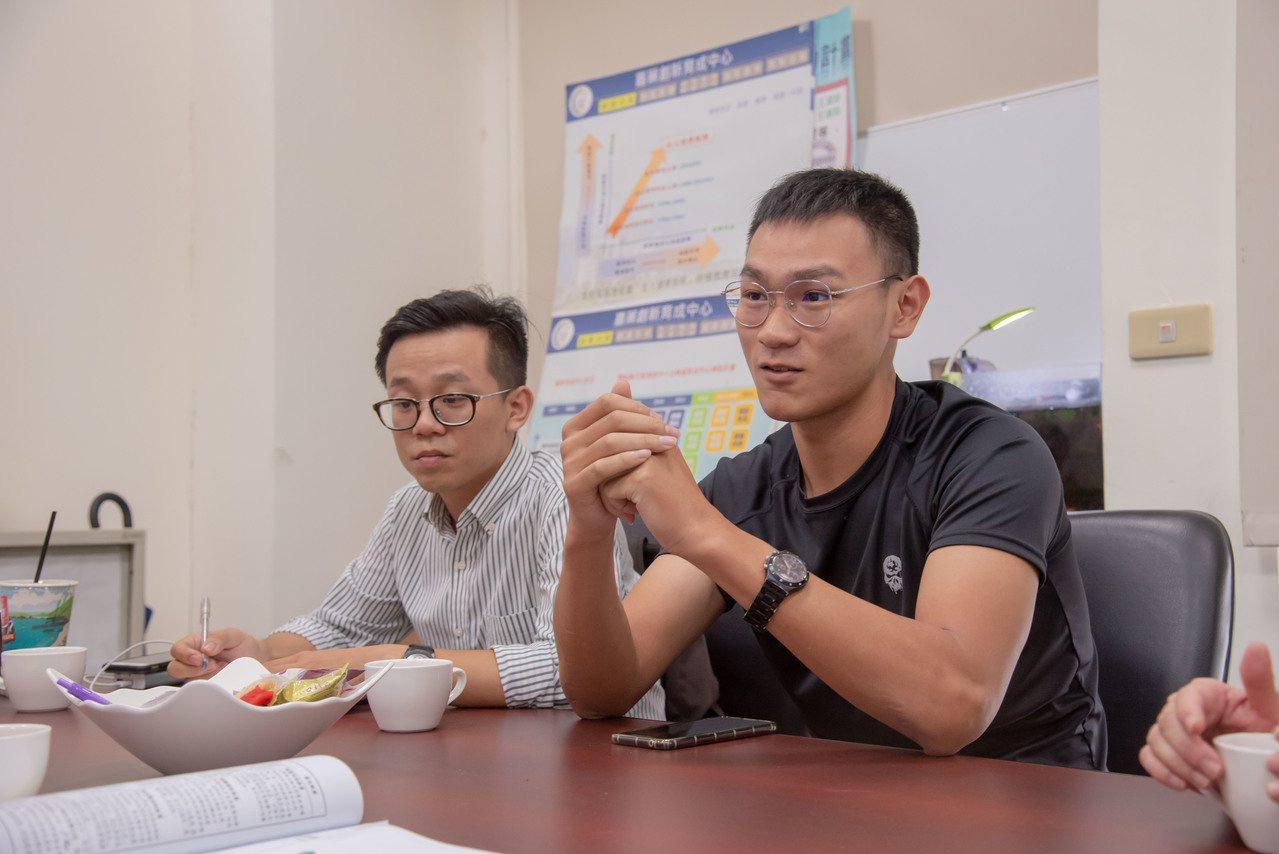 張俊麟(右)及黃立丞利用剩餘蔬果,創造出友善環境的「台灣在地農妝品」。圖/嘉南藥...