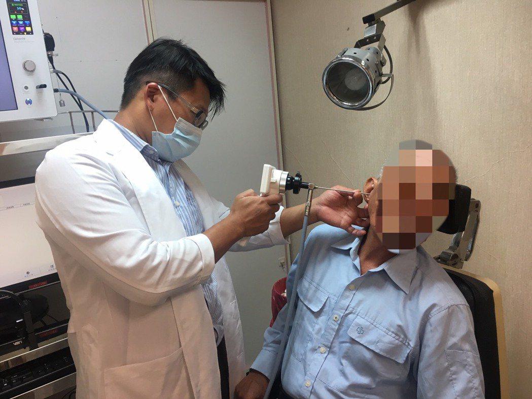 黃老先生右耳突然失聰,經醫師檢查竟是耳內長滿俗稱菜花的人類乳突瘤。圖/南投醫院提...
