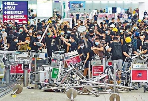 環時報導稱,示威者曾為來自台灣的旅客主動讓開一條路,允許他們通過,並且有人大聲喊...