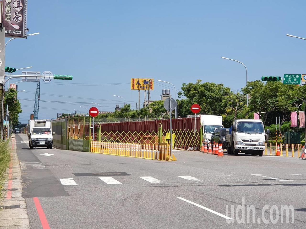桃園市蘆竹區中正北路目前正在進行捷運綠線施作工程,由於施工場地佔據中間車道、架起...