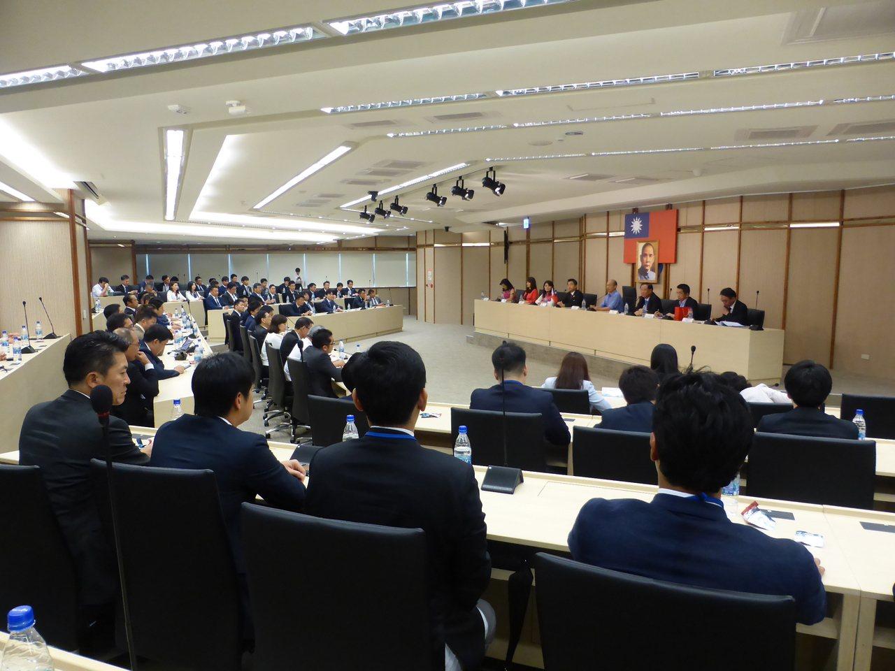 高雄市長韓國瑜今天上午接見日本自由民主黨青年局長、眾議員佐佐木紀和自民黨所屬國會...
