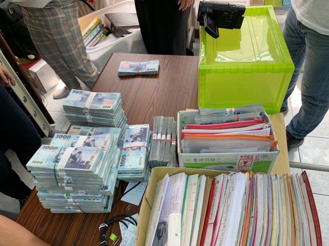 高雄檢警搜索查扣現金、文件等證物。記者林伯驊/翻攝