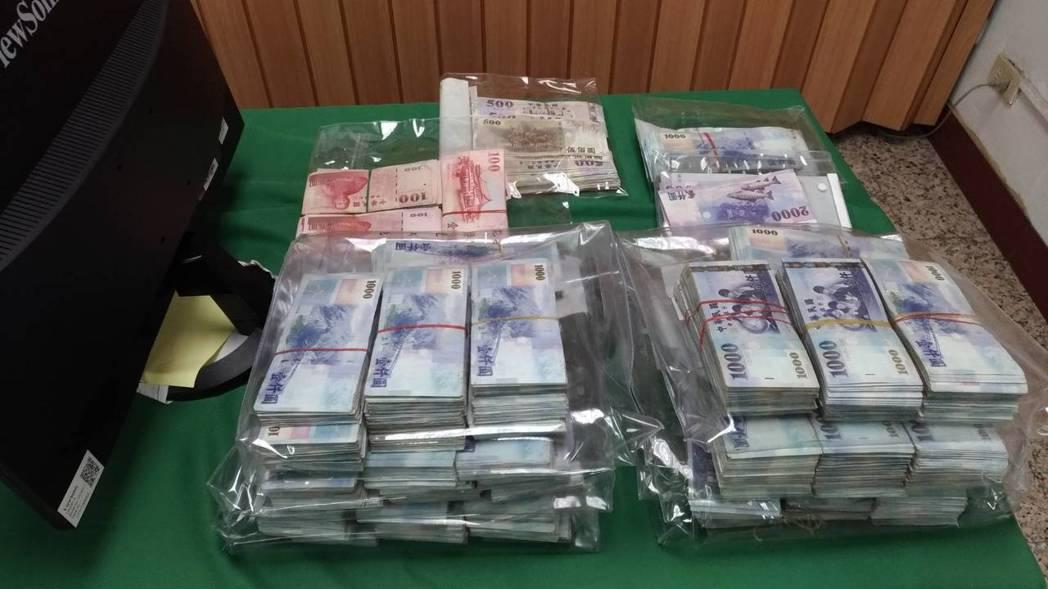 檢警查扣632萬現金。記者林伯驊/翻攝