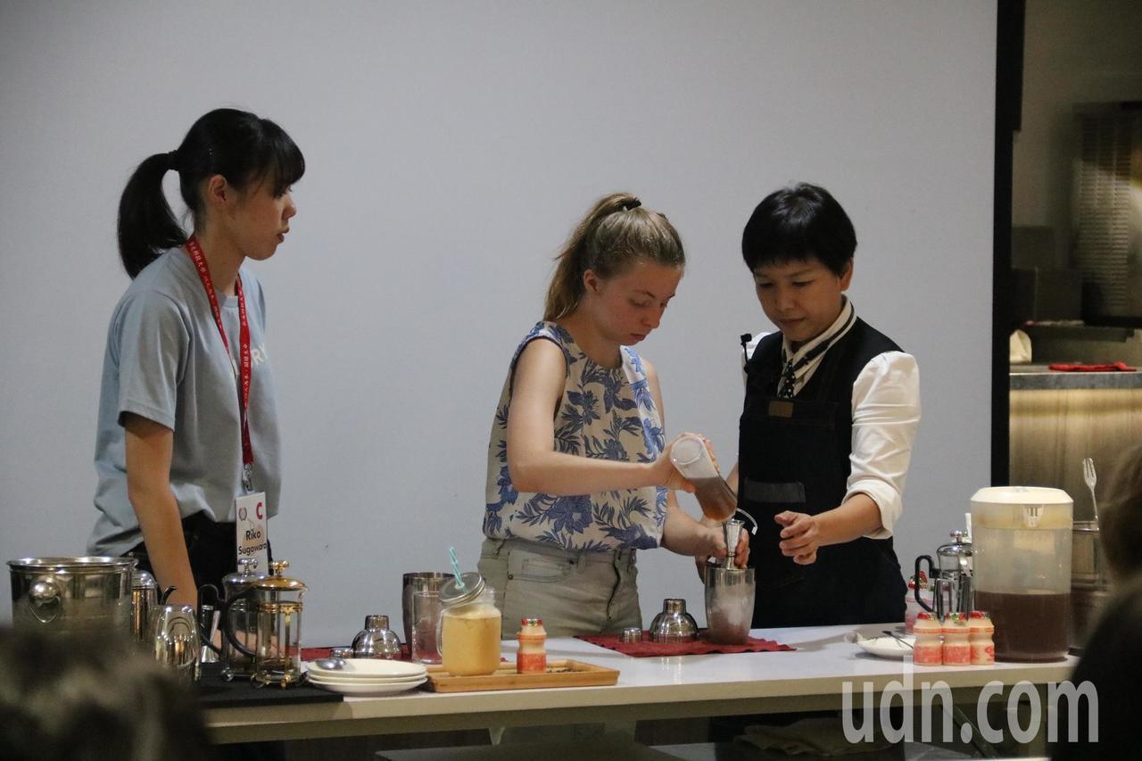 弘光科技大學跨國混班夏令營課程豐富,其中調飲課程受學生喜愛。記者余采瀅/攝影
