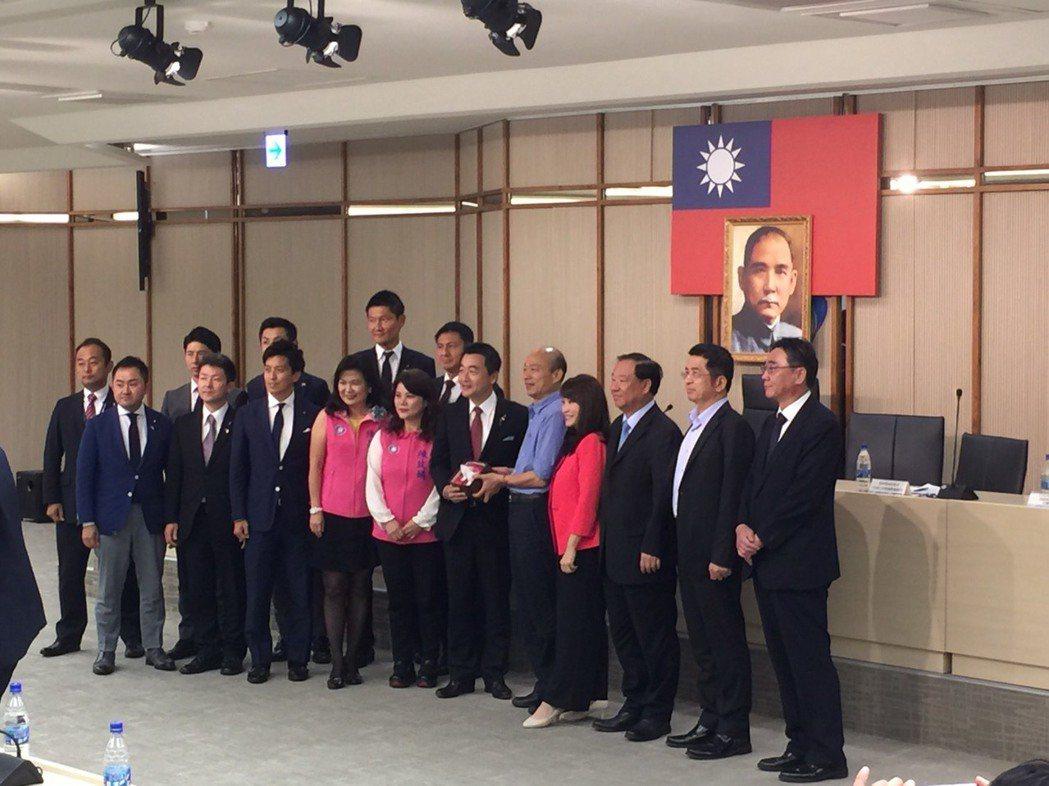 高雄市長韓國瑜(右五)今天上午接見日本自民黨青年局長眾議員佐佐木紀和自民黨國會及...