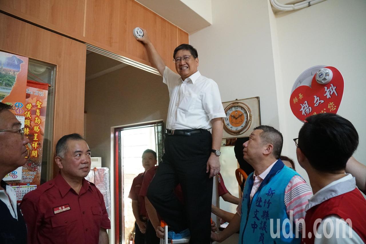 新竹縣長楊文科今天親自到竹北市的民宅,示範安裝住警器。記者郭政芬/攝影